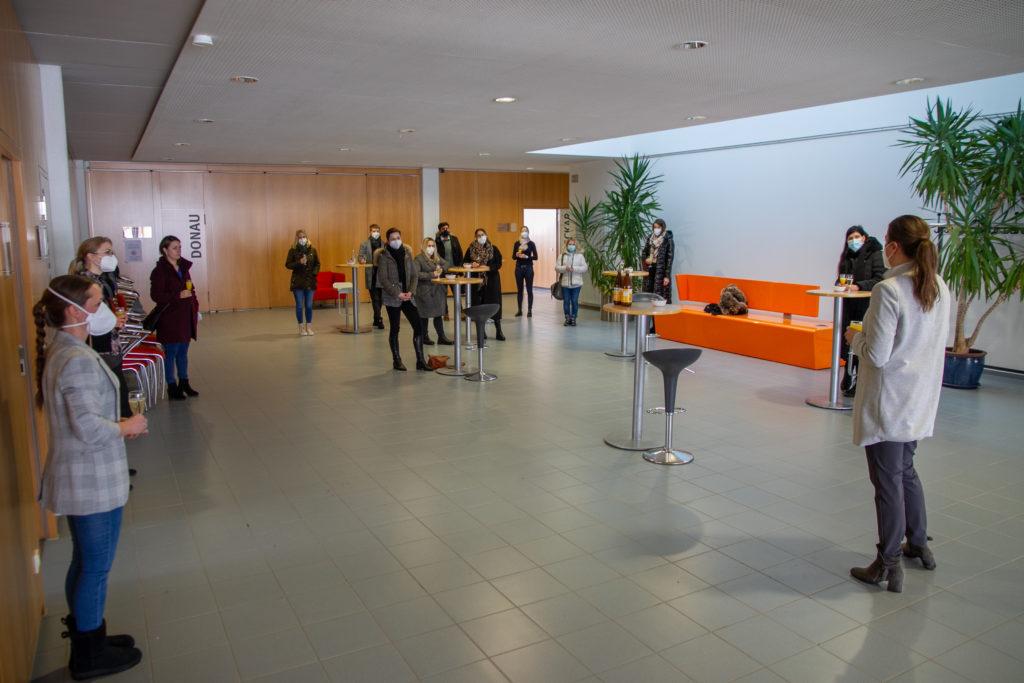 Das Foyer wird zur Cafeteria un dzentralem Treff- und Austauschpunkt umgebaut